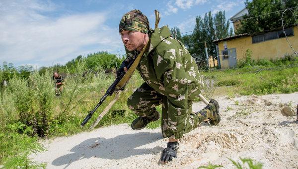Боец ополчения во время разведки в Донецке