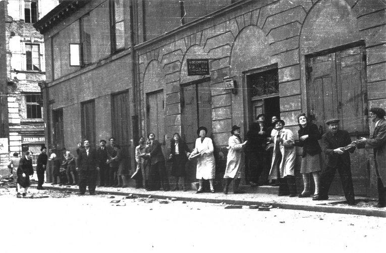 Авианалет во время возведения баррикад на одной из улиц Варшавы. Август 1944