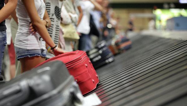 Туристы с чемоданами в аэропорту, архивное фото