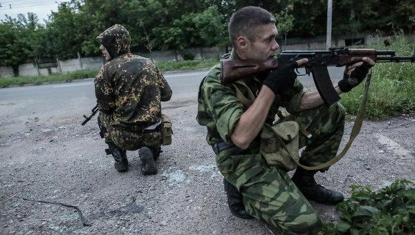 Бойцы ополчения во время операции в Донецке. Архивное фото