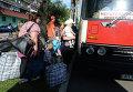 Жители Донецкой области садятся в автобус с беженцами, который отправляется из Донецка в Россию