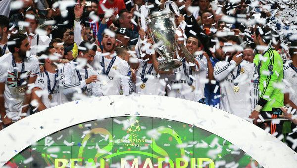 Игроки ФК Реал с кубком Лиги Чемпионов УЕФА. Архивное фото