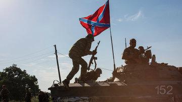 Бойцы народного ополчения в занятом ими после боя селе Мариновка возле города Снежное