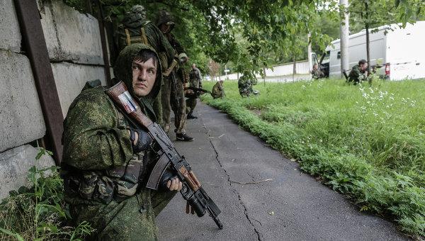 Бойцы ополчения во время операции в аэропорту Донецка. Архивное фото
