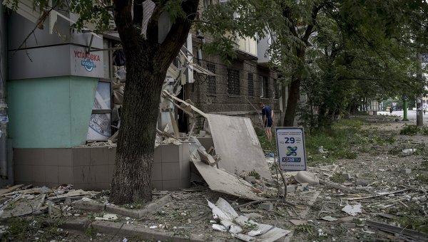 Последствия артиллерийского обстрела в Луганске