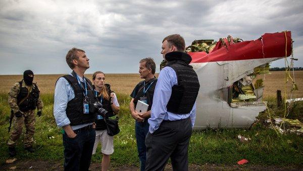 Эксперты миссии ОБСЕ на месте крушения лайнера Boeing 777 Малайзийских авиалиний в районе города Шахтерск Донецкой области.