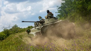 Боец ополчения на БМП во время боя за пограничный населенный пункт Кожевня  в Донецкой области. Архивное фото