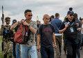 Малайзийские эксперты на месте крушения самолета Boeing 777 авиакомпании Malaysia Airlines на Украине