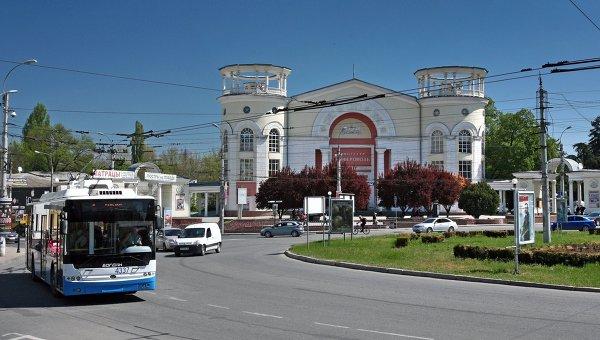 Вид на кинотеатр Симферополь на площади Советская в городе Симферополе. Архивное фото