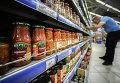 """Овощные консервы фирмы """"Верес"""" производства Украины в одном из супермаркетов Москвы."""