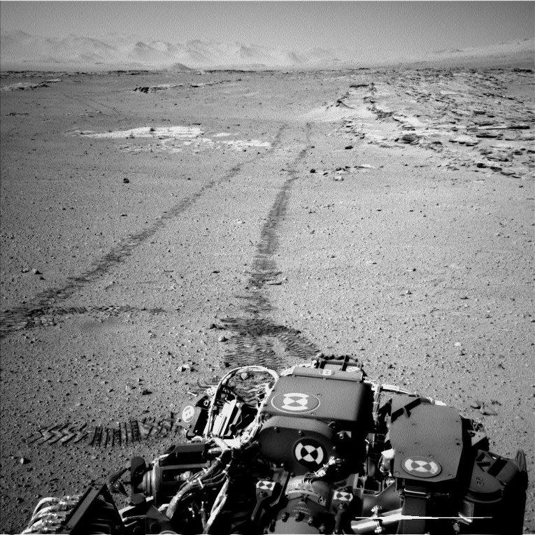 Снимок с марсохода Curiosity оставленных им следов