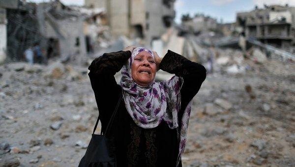 Палестинская женщина возле разрушенного израильтянами дома