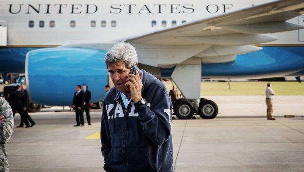 Госсекретарь США Джон Керри говорит по телефону