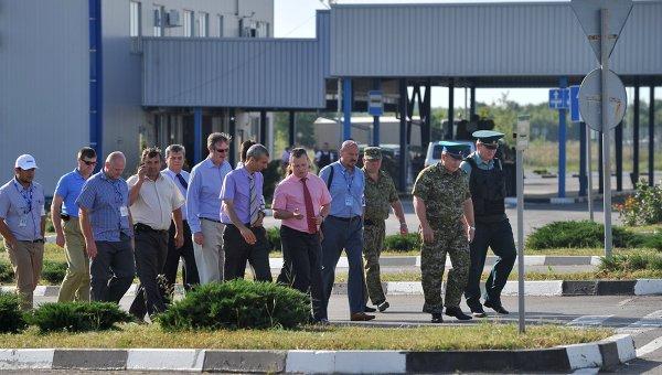 Наблюдатели ОБСЕ на российско-украинской границе во время посещения КПП Гуково в Ростовской области. Архивное фото