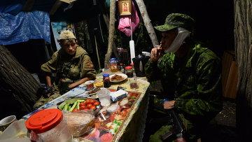 Бойцы народного ополчения в полевом лагере на окраине Горловки