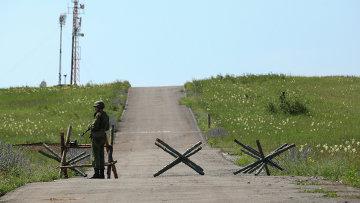 Военнослужащий на КПП на въезде на полигон. Архивное фото