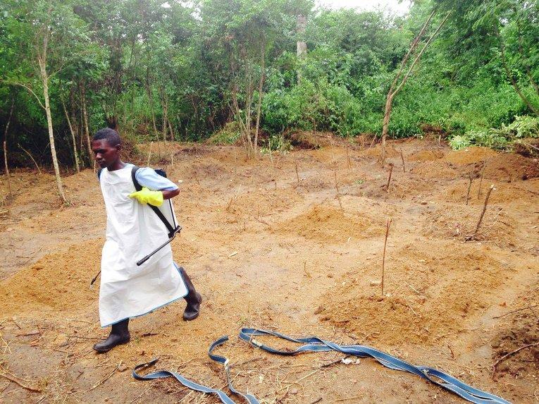 Волонтер возле лечебного центра для зараженных вирусом Эбола в Африке