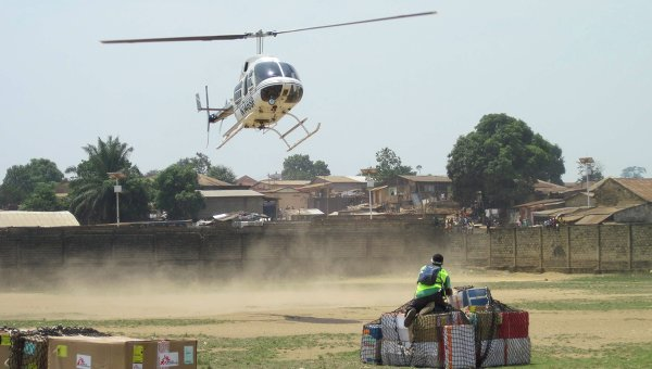 Доставка гуманитарной помощи во время эпидемии вируса Эболы в Либерию.