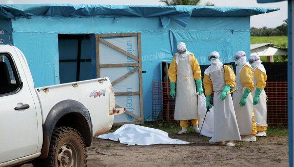 Медицинские работники возле изолятора для зараженных вирусом Эбола. Архивное фото