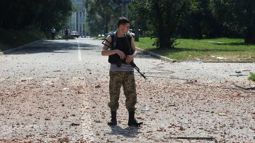 Ополченец около жилого дома в центре Донецка. Архивное фото