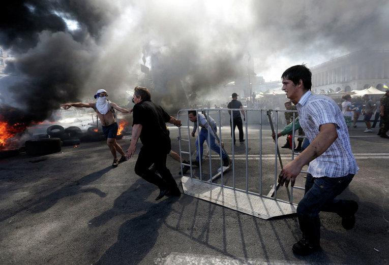 Протестующие строят баррикады во время беспорядков на площади Независимости в Киеве