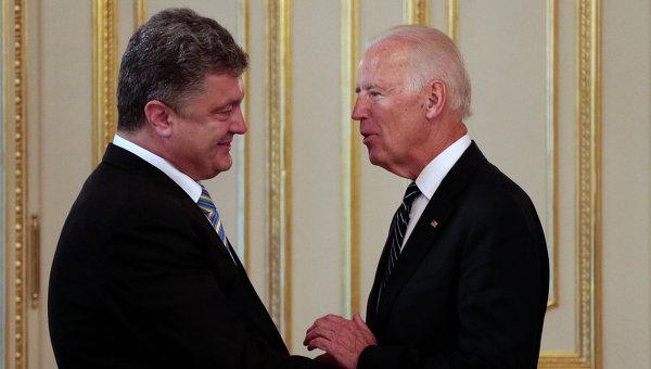 Президент Украины Петр Порошенко и американский вице-президент Джозеф Байден.  Архивное фото
