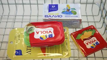 Плавленный сыр Виола марки Валио на прилавке в магазине. Архивное фото