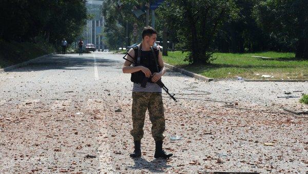 Ополченец патрулирует улицы Донецка, архивное фото