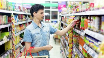 Мужчина выбирает кетчуп. Архивное фото