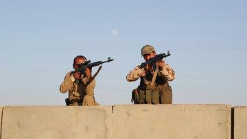 Курдские боевики Пешмерга во время авиаудара по силам Исламского государства возле города Эрбиль на севере Ирака. Архивное фото
