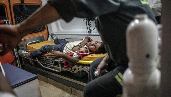 Раненый в машине скорой помощи. Архивное фото