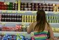 """Покупатель в отделе фруктов гипермаркета """"Лента"""" в Новосибирске"""