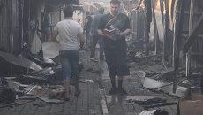 Жители Ясиноватой вместе с пожарными тушили рынок после артобстрела