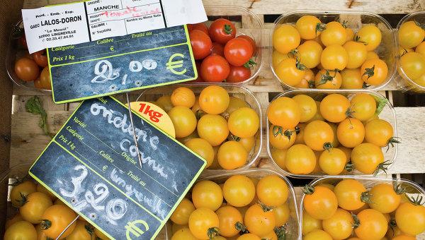 Томаты на прилавке рынка во Франции. Архивное фото