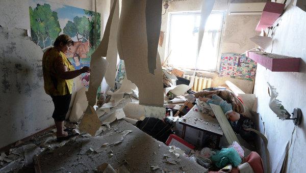 Женщина в своей квартире в одном из домов Донецка. Архивное фото.