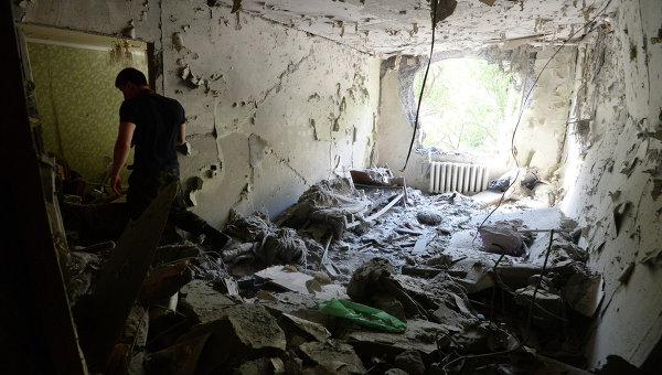 Мужчина в своей квартире одного из домов Донецка. Архивное фото