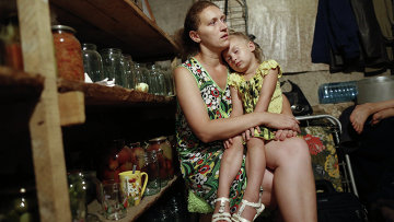 Жители города Ясиноватая прячутся в подвале своего дома от артобстрела