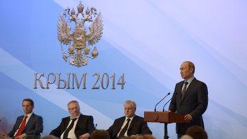 Президент РФ Владимир Путин (справа) во время встречи в Ялте членами фракций политических партий Государственной Думы РФ