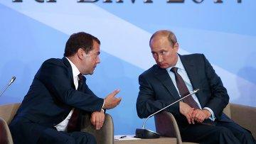 Президент РФ Владимир Путин (справа) и председатель правительства РФ Дмитрий Медведев во время встречи в Ялте с членами фракций политических партий Государственной Думы РФ