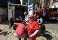 Медицинские работники транспортируют женщину, пострадавшую во время обстрела в Донецке