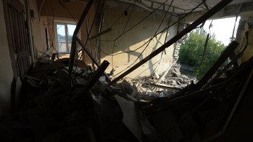 Разрушенное в результате обстрела украинской армией здание в Иловайске. Архивное фото