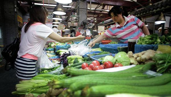 Витрина с овощами в магазине в Шанхае, Китай. Архивное фото