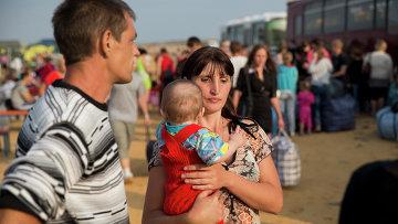 Семья в палаточном лагеря для беженцев в Ростовской области. Архивное фото