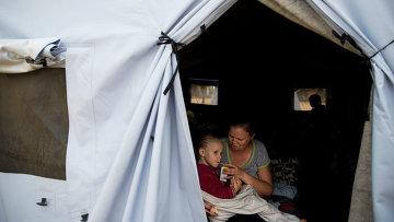 Женщина с ребенком в лагере для беженцев из Украины в Ростовской области. Архивное фото