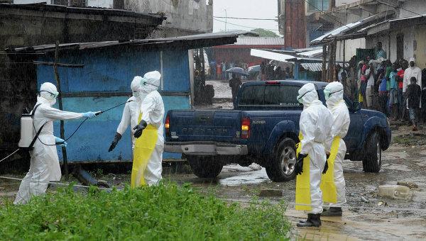 Медицинские работники в попытке контролировать эпидемию лихорадки Эбола, Либерия. Архивное фото