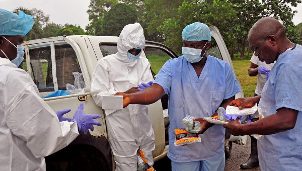 Медицинские работники передают средства индивидуальной защиты от лихорадки Эбола в Либерии. Архивное фото