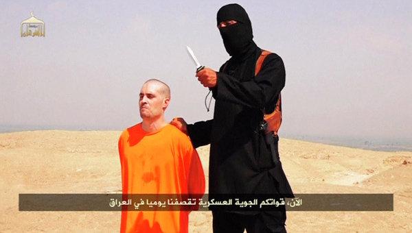 Кадр из видео, на котором боевик-исламист якобы обезглавливает предположительно американского журналиста Джеймса Фоли