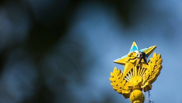 Неизвестные выкрасили шпиль высотки на Котельнической набережной в цвета украинского флага. Архивное фото
