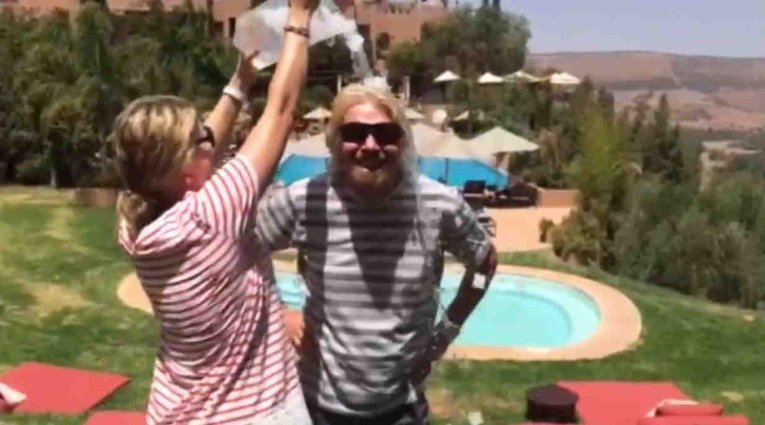 Миллиардер Ричард Брэнсон принимает участие в флешмобе Ice Bucket Challenge