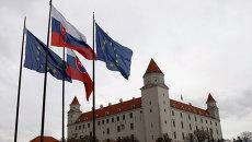 Флаги Словакии и Евросоюза перед зданием парламента. Архивное фото